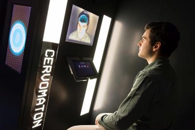 Cabine waarin een bezoeker de algemene anatomie van zijn hersenen in 3D observeert
