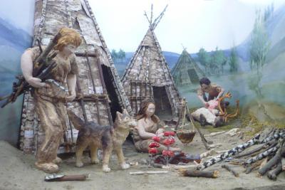 Maquette représentant la préparation d'un repas préhistorique