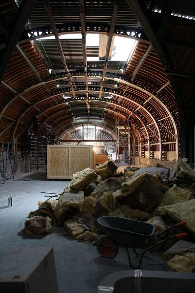 Au dernier étage du « Couvent », les anciennes parois courbes de la salle Baleines ont été enlevées, laissant apparaître la structure en bois et métal du toit. On se croirait presque dans le ventre de Moby Dick… (photo prise le 3 juin 2015, © IRSNB)
