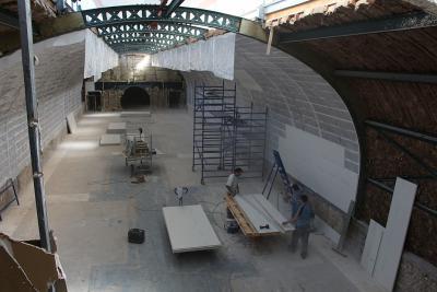 Op de bovenste verdieping is er nu nieuwe isolatie en zijn de gebogen wanden opnieuw geplaatst. In de achtergrond kan je de ronde toegang tot de vroegere Polenzaal bespeuren (foto genomen op 2 juli 2015 , © KBIN).