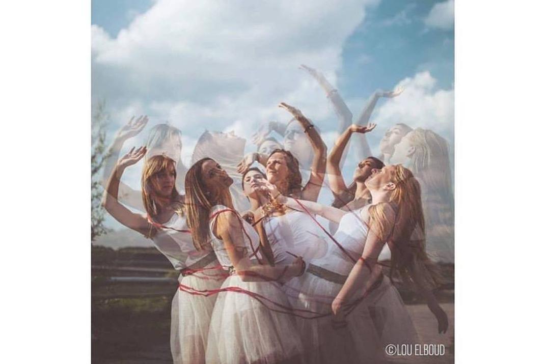 Groupe de jeunes femmes dansant (copyright : Lou Elboud)