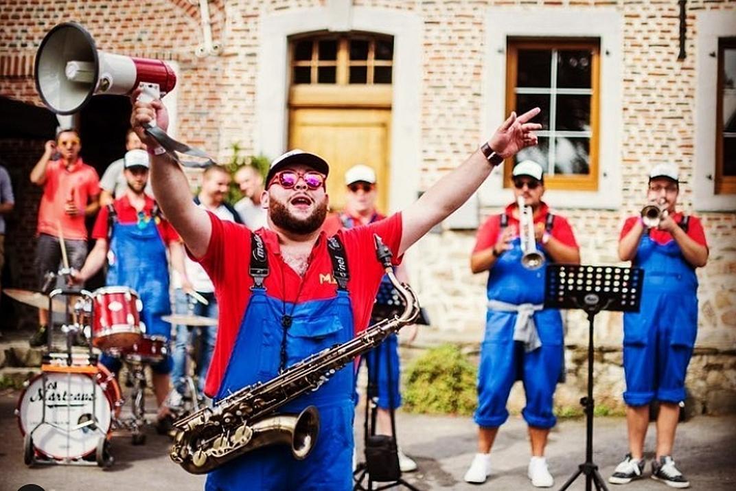Quelques membres du street band Les Marteaux en train de jouer (le saxophoniste-chanteur utilise un porte-voix en guise de micro)