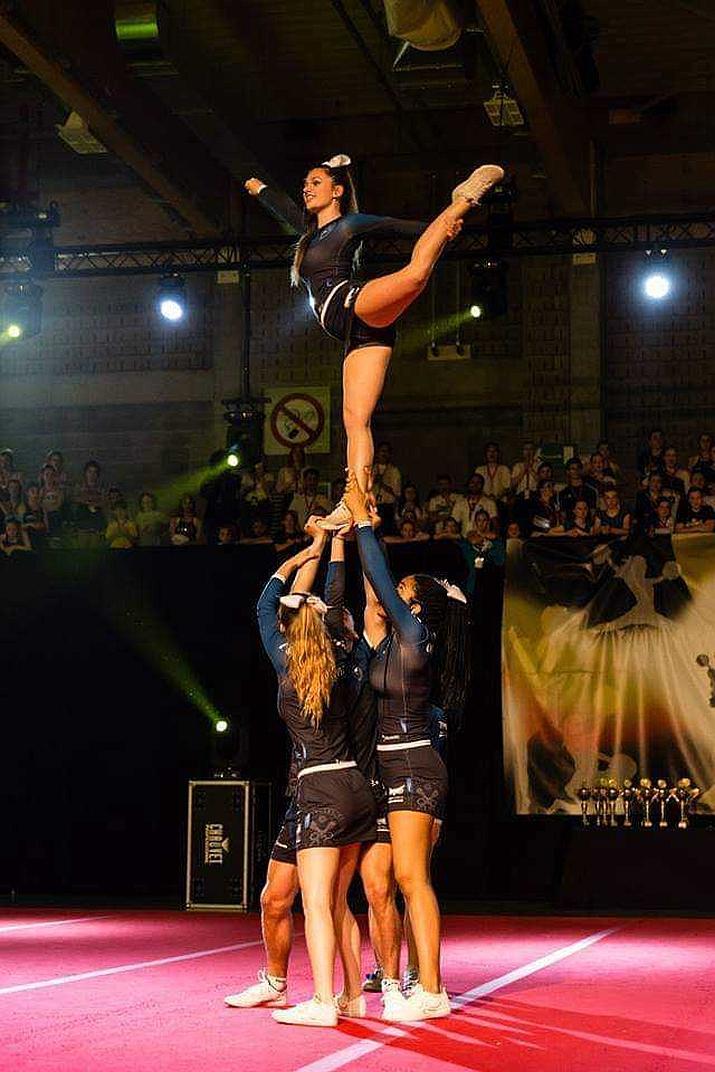 5 cheerleaders vormen een piramide