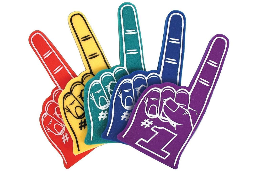 main en mousse géante avec l'index levé et l'inscription #1 FAN, un accessoire classique des supporters lors des matchs de base ball