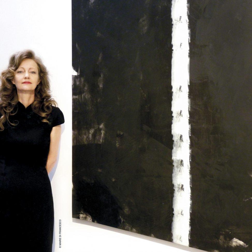 Erica Hinyot à côté d'une de ses créations (photo : Marie Di Francesco)