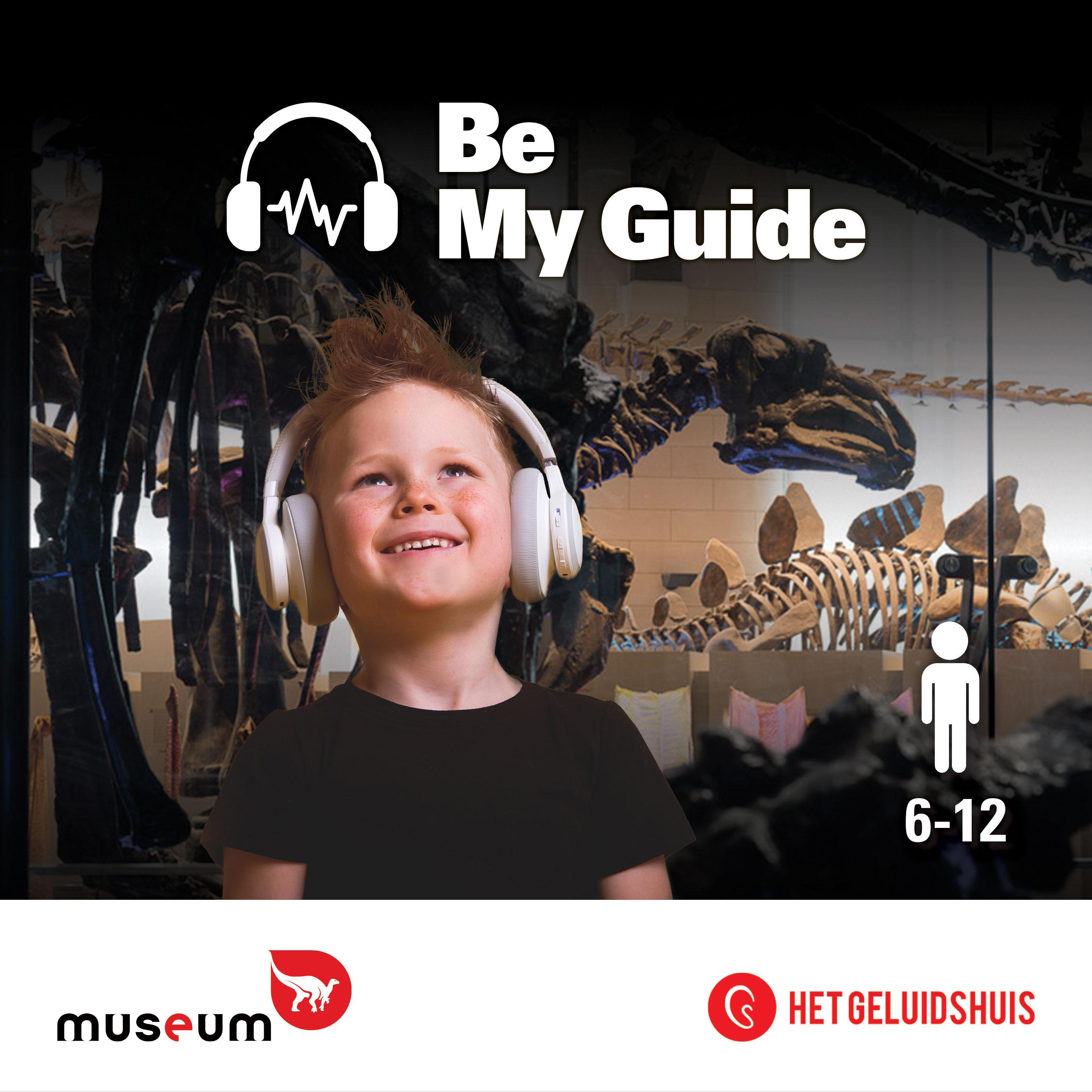 Jongentje luistert naar audioguide in de Galerij van de Dinosauriërs.