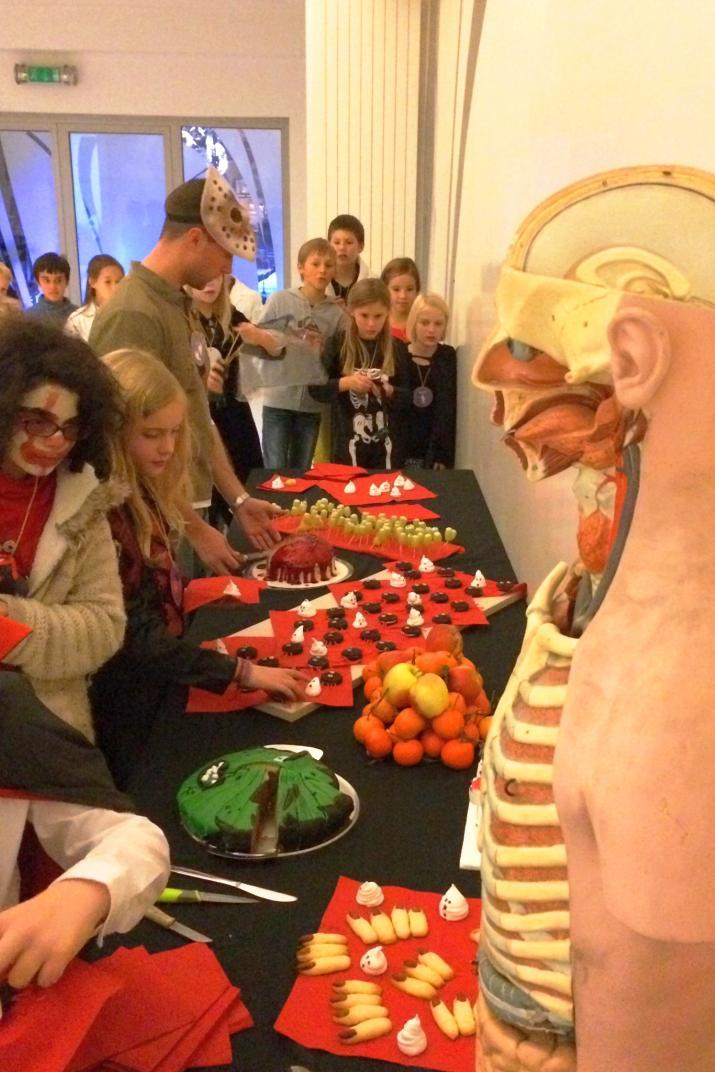 Halloween-nachtraven in het Museum: buffet met paddeneieren, spokenmeringues, hoofd en vingers van een heks, bloederig brein ...