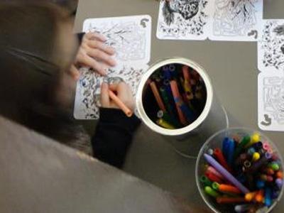 Un enfant fait un coloriage après l'histoire et la mini-vite du Raconte-moi (photo : Charlotte Degueldre / IRNSB)