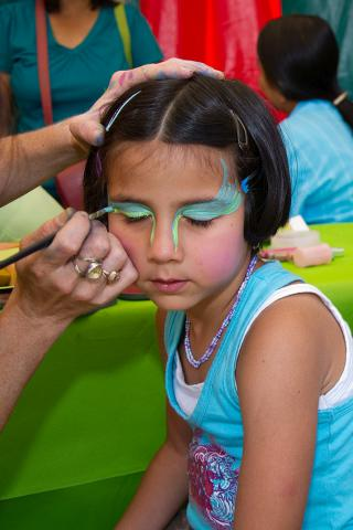 Une petite fille en train de se faire grimer (photo : IRSNB)