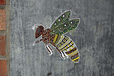 tekening van een bij op een muur (copyright: Pol Cosmo)