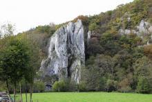 Aiguilles de Chaleux. La grotte est située à gauche de cette formation rocheuse. (Photo: Marc Ryckaert).
