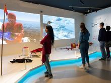 Des visiteurs devant les écrans de projection de la zone sur la plongée dans l'exposition Antarctica (photo : Thierry Hubin, IRSNB)