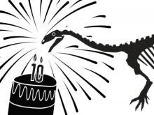 Plateosaurus Ben blaast de 10 kaarsjes uit op de taart voor de verjaardag van de Galerij van Dinosauriërs.