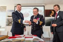 Le Commandant Tabureau, le Commandant Van Tricht, le Directeur Opérationnel IRSNB Patrick Roose (photo J.Urbain, mil.be).