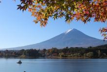 Geologen nemen boorkernen in het Motosu-meer in de schaduw van de Mount Fuji-vulkaan (Japan). (Foto: Marc De Batist)