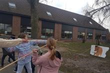 De leerlingen jagen op een mammoet op de speelplaats (foto: KBIN)