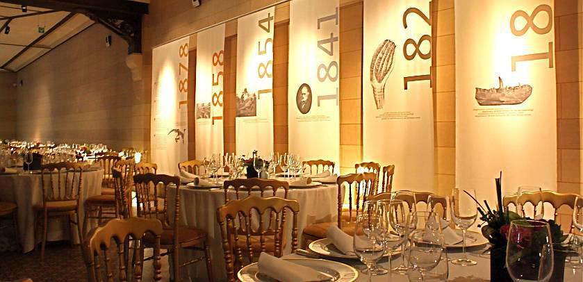 Tafels zijn voor een diner op de Mezzanine van de Galerij van de Dinosauriërs geledg.