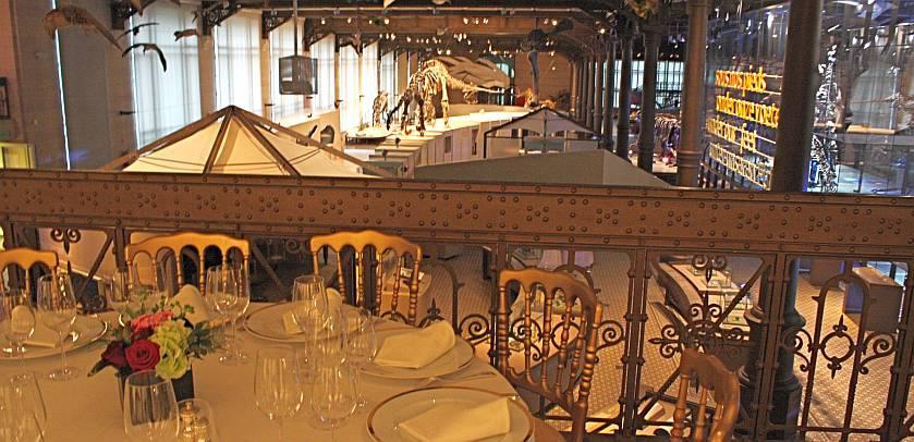 Tafels zijn voor een diner op de Mezzanine van de Galerij van de Dinosauriërs geledg