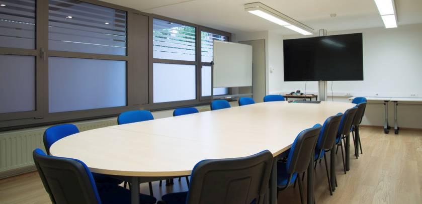 La salle « de Gerlache », l'une des petites salles de réunion, peut accueillir 10 à 12 personnes.