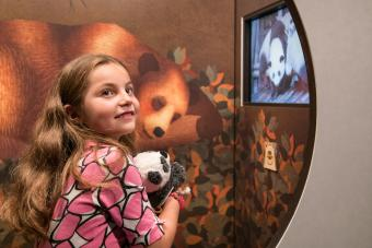 Young visitor and her teddy panda bear testing the children's trail © KBIN / IRSNB / RBINS