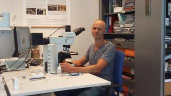 L'archéobotaniste Koen Deforce au travail (photo : IRSNB)